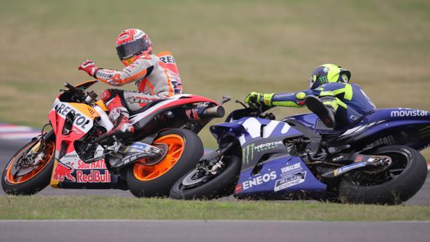 Momento en el que Márquez tira a Rossi