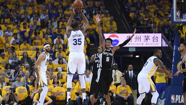 Durant lanza frente a Murray en el primer partido de la serie entre Warriors y Spurs