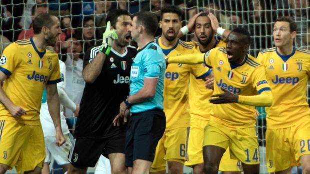 Los jugadores de la Juventus rodean a Oliver tras señalar el penalti