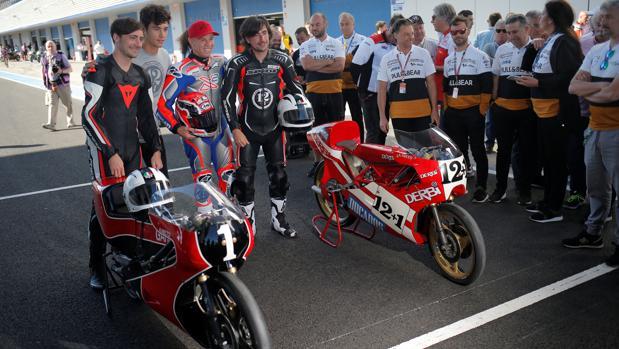Los hijos de Ángel Nieto, con las motos de su padre