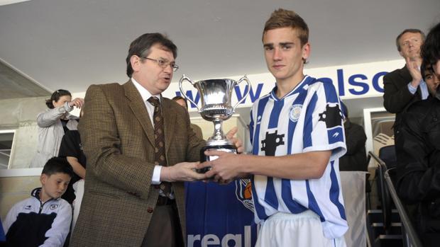 Griezmann levanta un trofeo como juvenil de la Real