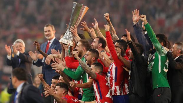 Los jugadores del Atlético, con el trofeo