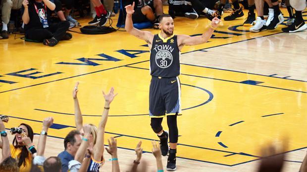 Curry celebra una de sus canastas