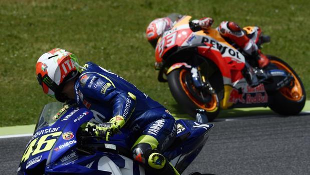 Valentino Rossi observa a Márquez