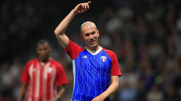 Zidane enfundado con la camiseta conmemorativa del Mundial de 1998