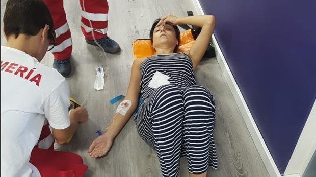 Aficionada que ha sufrido un golpe de calor en el Levante-Sevilla