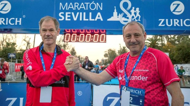 Fermín Cacho (der.), junto a Abel Antón (izq.) tras la maratón de Sevilla
