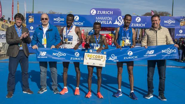 Los ganadores en la categoría masculina, junto al alcalde, Juan Espadas, y el delegado de Deportes, David Guevara