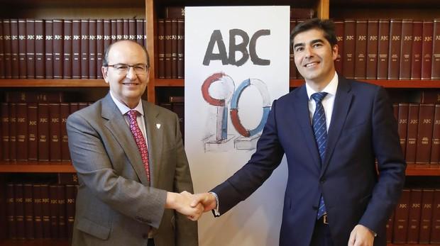 José Castro y Ángel Haro se saludan en la Casa de ABC de Sevilla