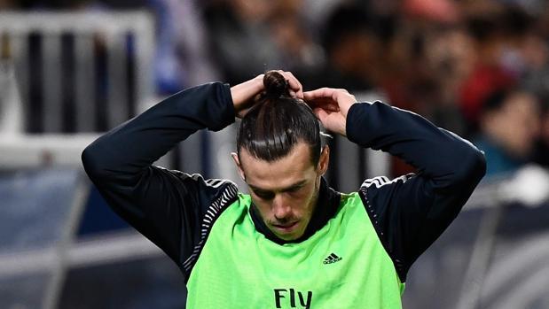Bale, atusándose su moño en Butarque