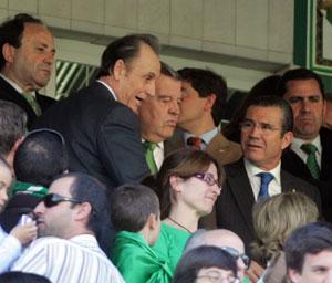 Real Betis: El máximo accionista del Real Betis, en el palco durante un partido