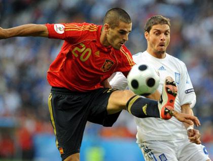 Betis: Juanito despeja un balón en presencia del griego Charisteas