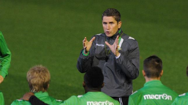 Juan Carlos Garrido habla con sus jugadores en el entrenamiento