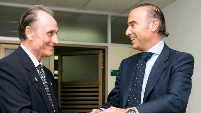 Manuel Ruiz de Lopera y Luis Oliver se saludan en julio de 2010 tras el traspaso de poderes