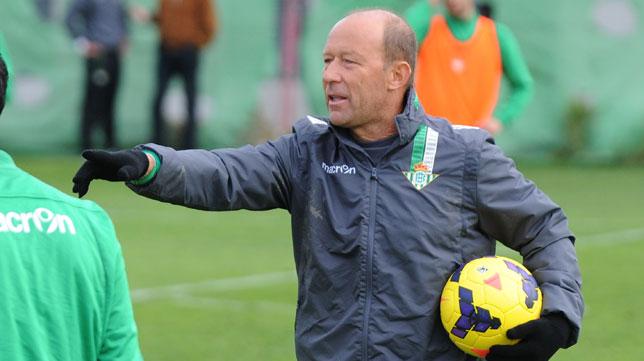 Gabi Calderón hace indicaciones en un entrenamiento