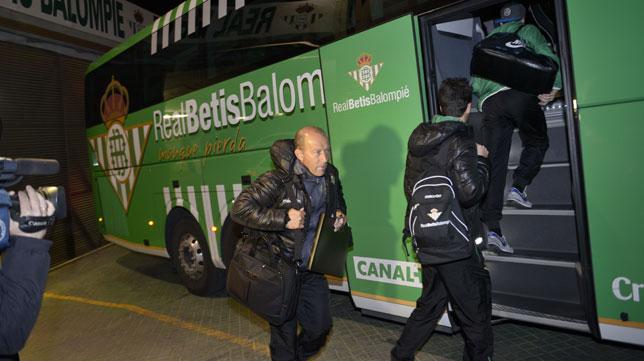 Gabriel Humberto Calderón se monta en el autobús del Betis