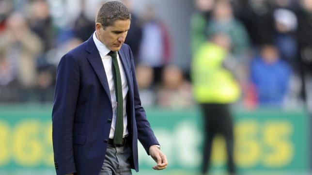 Juan Carlos Garrido abandona el campo cabizbajo tras la derrota del Betis con el Real Madrid
