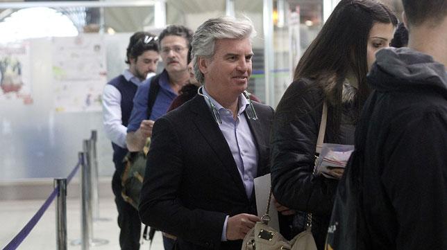 Miguel Guillén, presidente del Real Betis, en el aeropuerto antes de tomar un vuelo