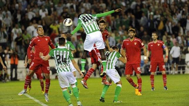 Nosa remata a gol en el último derbi jugado en el Villamarín, que acabó 3-3