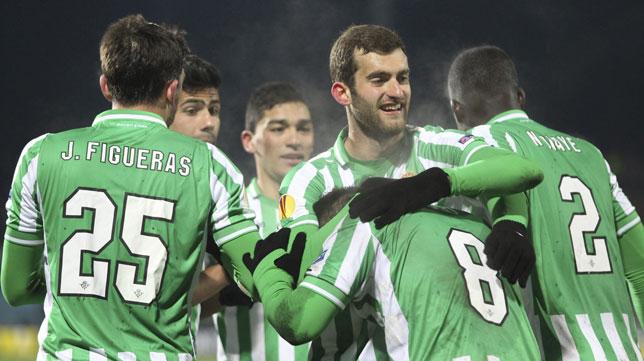 Jugadores del Betis celebran uno de los goles en Kazán