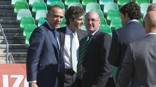 Luis Oliver, Manuel Castaño y Jaime Rodríguez-Sacristán, en el Benito Villamarín