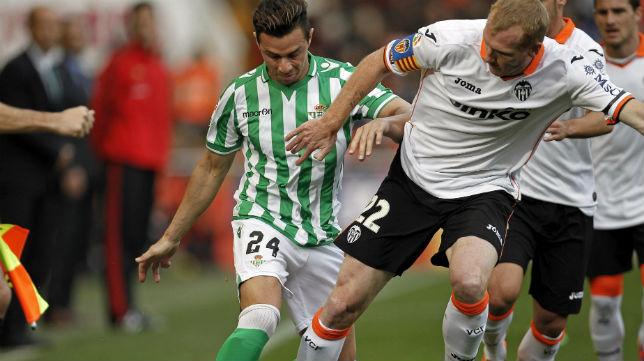 Rubén Castro, regateando en el Valencia-Betis