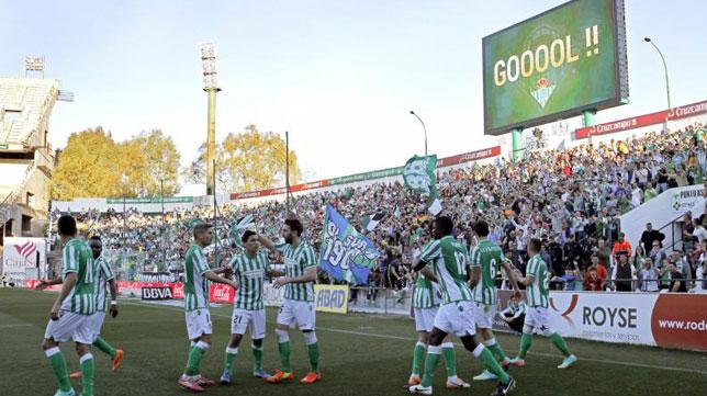 Los jugadores del Betis celebran el primer tanto del encuentro ante el Getafe. firmado por Leo Baptistao