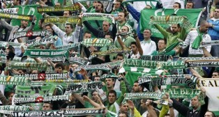 La afición del Betis despliega sus bufandas en un partido