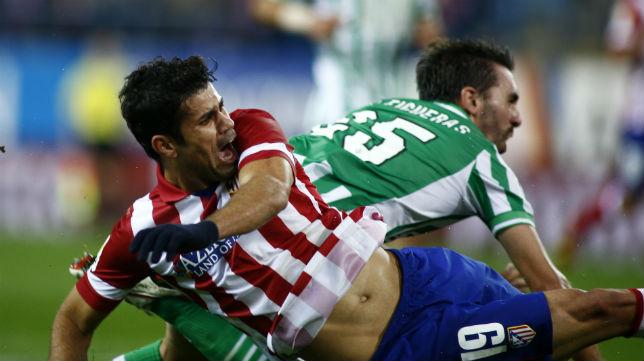 Diego Costa choca con Jordi Figueras