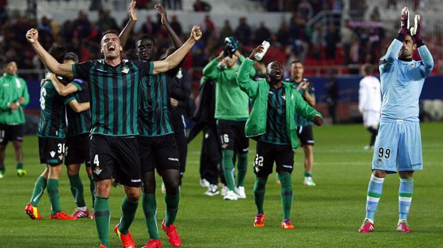 Amaya, Ndiaye, Cedrick y Adán, entre otros, acuden a saludar y celebrar con los aficionados la victoria en el Sánchez-Pizjuán