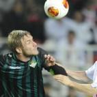 Perquis pugna con Gameiro en la ida europea ante el Sevilla. FOTO: J.J. Úbeda