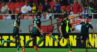 Salva Sevilla es buscado por sus compañeros para celebrar el 0-2