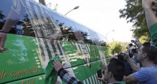 Los aficionados béticos, ante el autobús del equipo