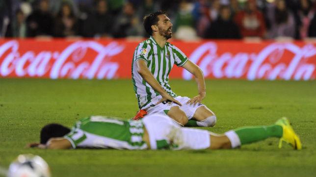 Jordi Figueras y Juanfran, abatidos tras la derrota contra el Málaga