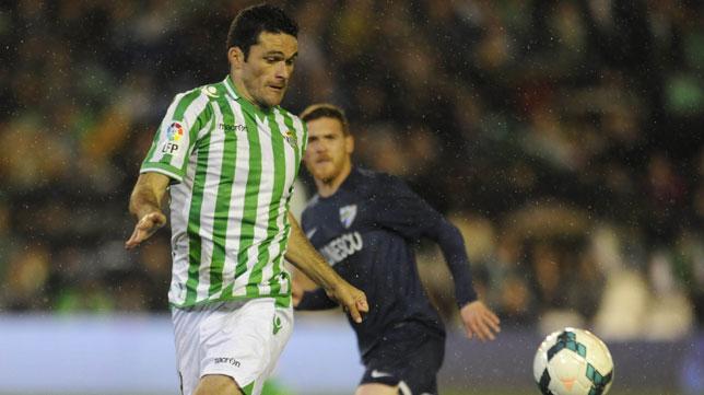 Jorge Molina intenta controlar un balón en un partido frente al Málaga
