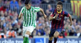 Juanfran corre perseguido por Neymar