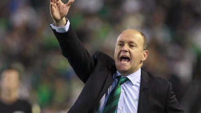 Pepe Mel, en su época como entrenador del Betis, hace indicaciones en un partido