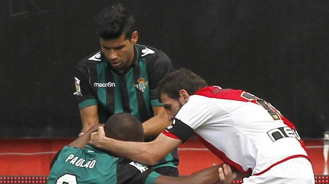 Paulao es consolado por Juanfran y Trashorras tras marcar en propia puerta en Vallecas