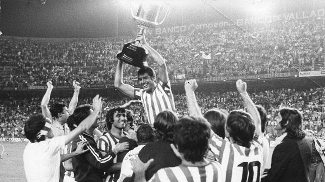 Rogelio, aupado por sus compañeros tras la consecución de la Copa del 77