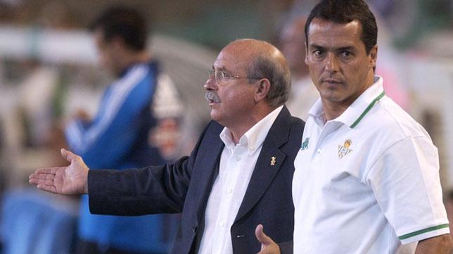Alexis, junto a Lorenzo Serra en un partido cuando eran entrenadores del Betis