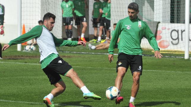 Chica y Salva Sevilla disputan un balón en un entrenamiento