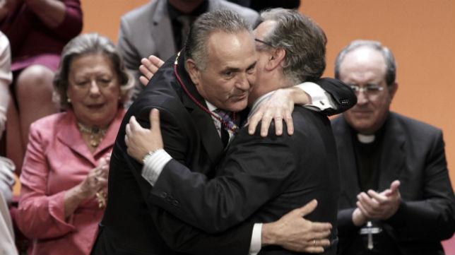 Rafael Gordillo se abraza a Juan Ignacio Zoido tras recibir la Medalla de la Ciudad de Sevilla