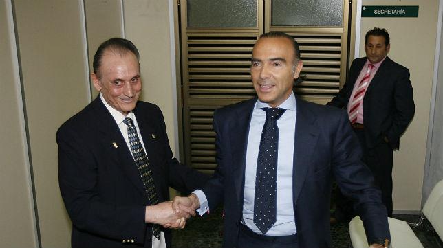 Manuel Ruiz de Lopera saluda a Luis Oliver
