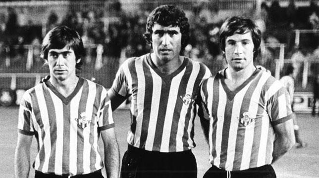 Alabanda, escoltado antes de un partido por Cardeñosa y López