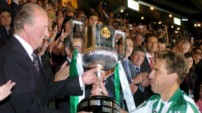 Su Majestad el Rey entrega la Copa de 2005 al capitán del Betis, Cañas