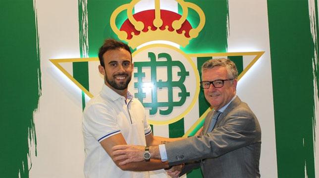 Molinero saluda a Domínguez Platas tras firmar dos años por el Betis. FOTO: realbetisbalompie.es