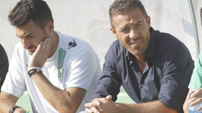 Óscar Cano junto a su segundo, en un partido del Betis B