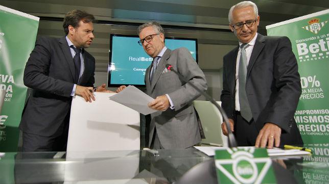 Domínguez Platas, Martínez Feria e Ignacio Lasa, en la presentación de la campaña de abonos. FOTO: Vanessa Gómez