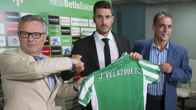 Manuel Domínguez Platas y Alexis Trujillo junto a Julio Velázquez. FOTO: JJ. Úbeda