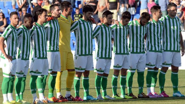 Los jugadores del Betis antes del duelo ante el Cartagena